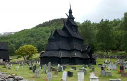 images/Fotos/Reisen/Norwegen/thumbs//farbspektrum-Stabkirch-Borgund-friedhof.jpg
